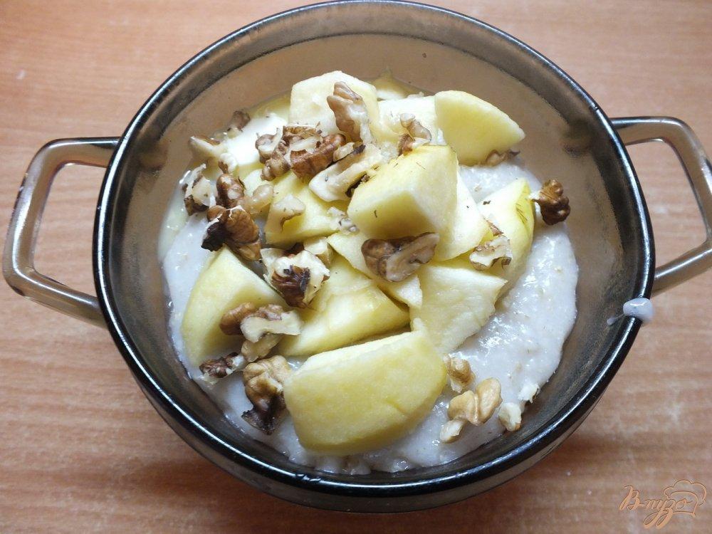 Фото приготовление рецепта: Соленая овсяная каша на воде с орехами и яблоками шаг №6