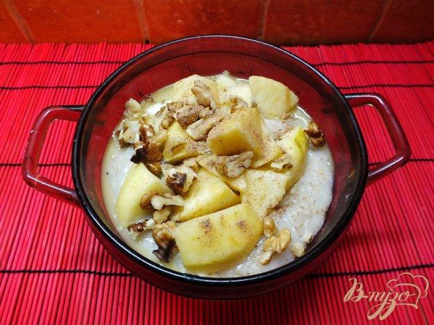 фото рецепта: Соленая овсяная каша на воде с орехами и яблоками