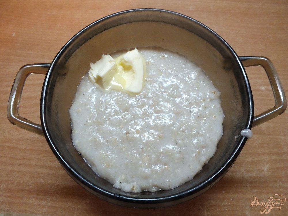 Фото приготовление рецепта: Соленая овсяная каша на воде с орехами и яблоками шаг №5