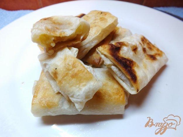 фото рецепта: Пирожки жаренные из лаваша с яблоком и орехами