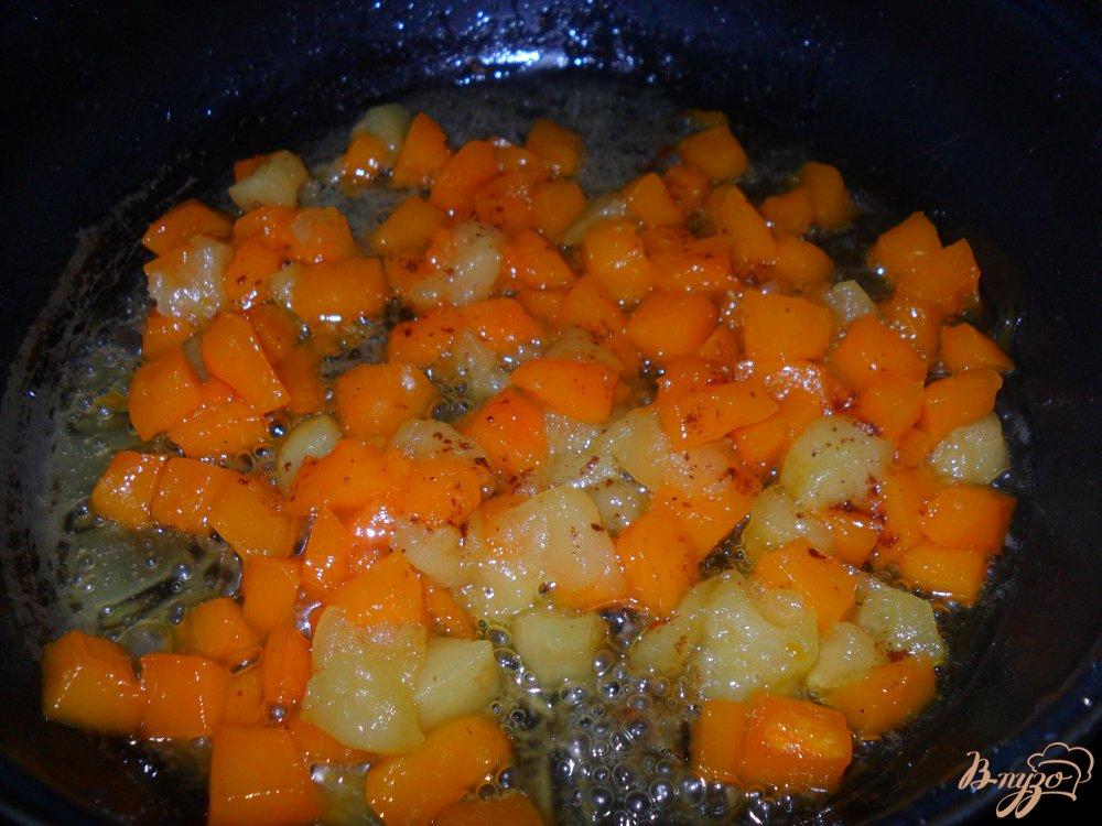 Фото приготовление рецепта: Тыква с яблоками на сковороде шаг №4