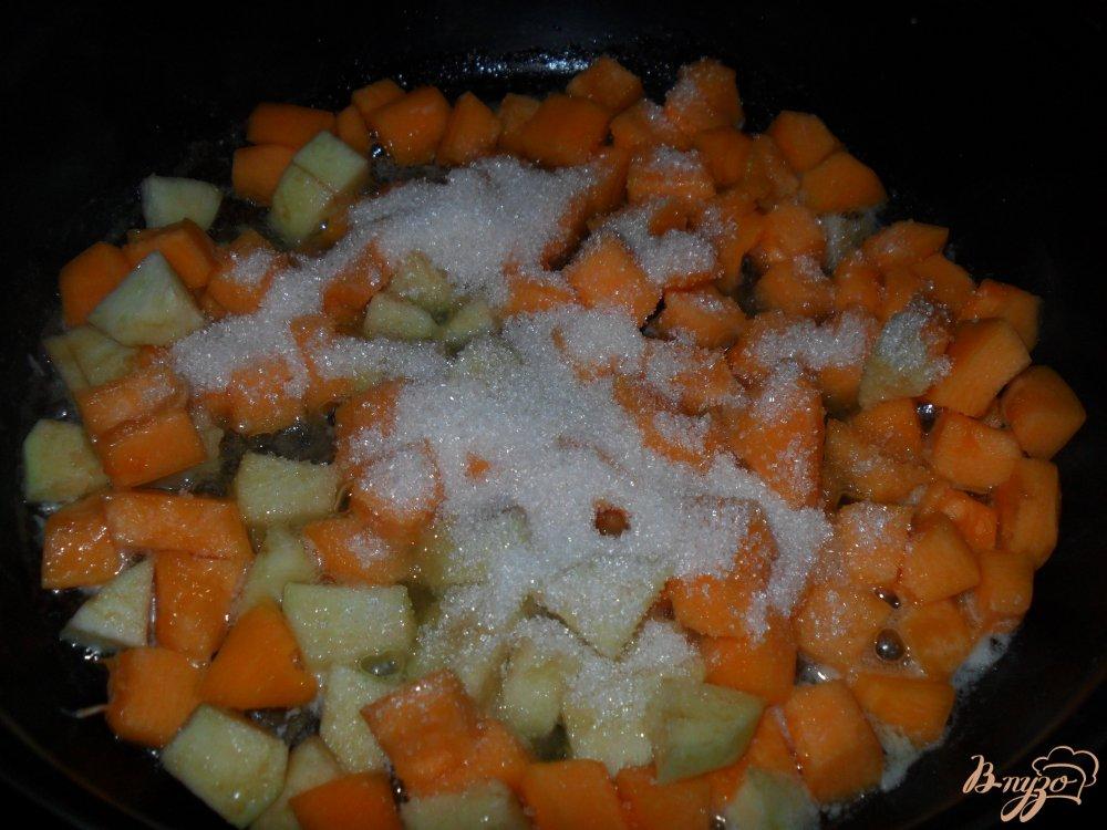 Фото приготовление рецепта: Тыква с яблоками на сковороде шаг №3