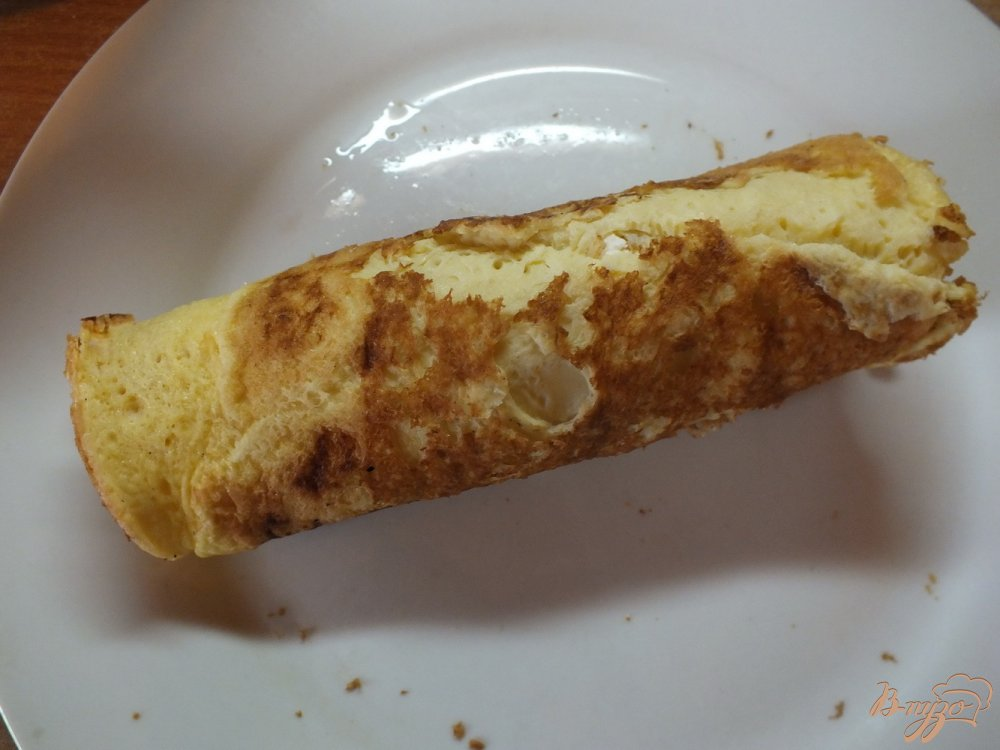 Фото приготовление рецепта: Яичный рулет с творогом шаг №7