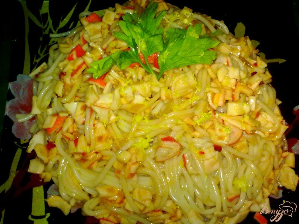 Фото приготовление рецепта: Спагетти с крабовыми палочками шаг №7
