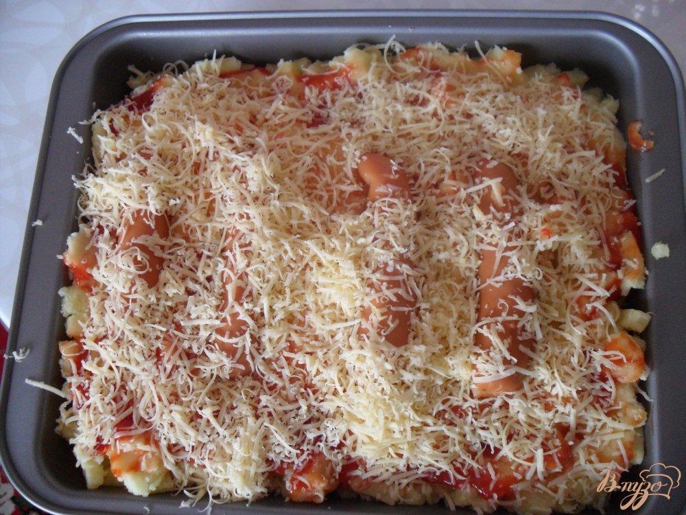 Фото приготовление рецепта: Картофельная запеканка с сосисками и сыром шаг №7