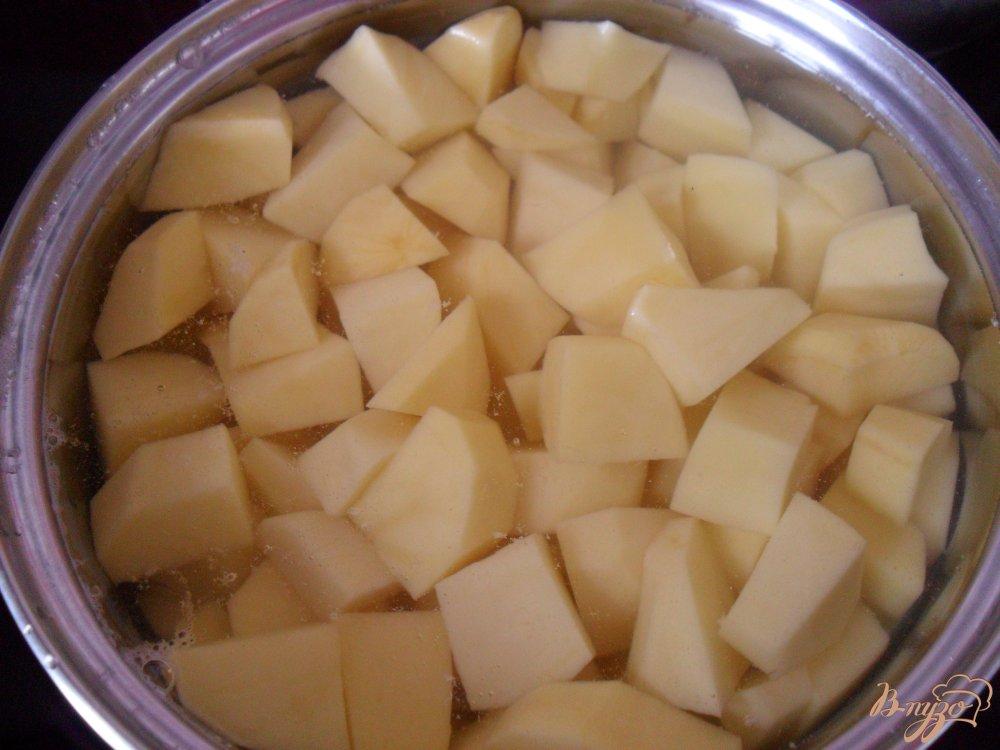 Фото приготовление рецепта: Картофельная запеканка с сосисками и сыром шаг №1