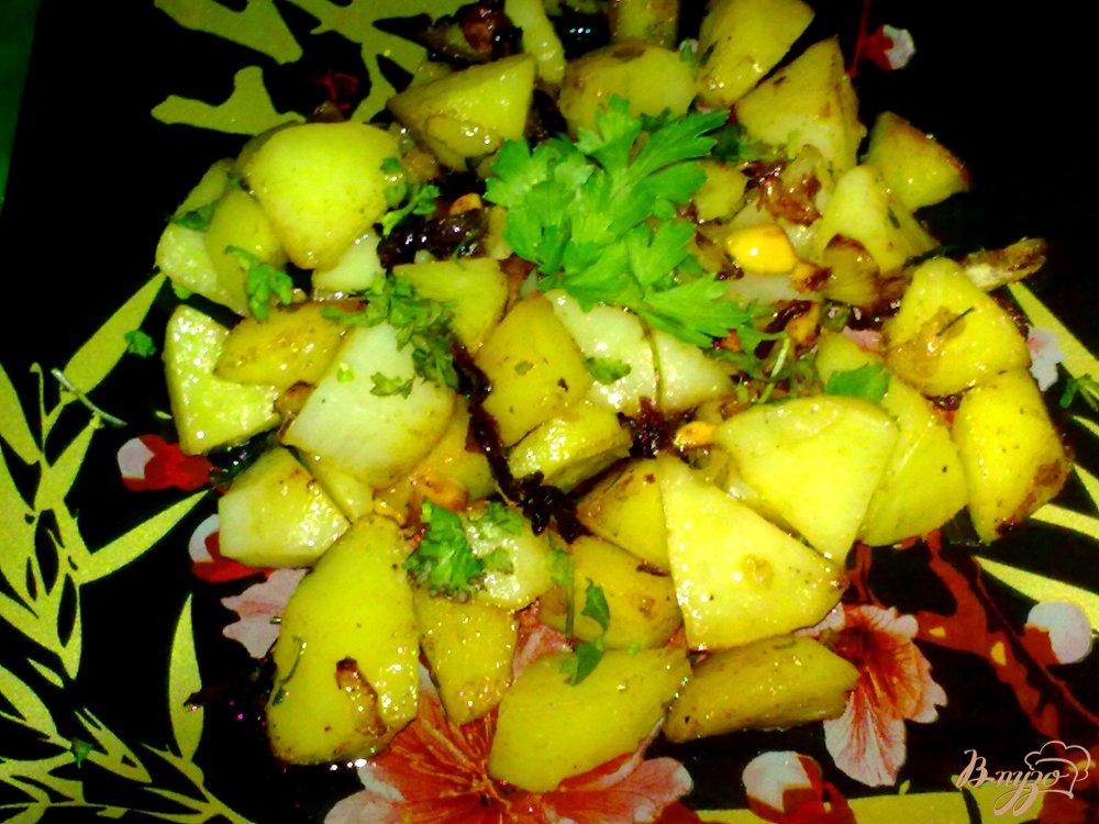 Фото приготовление рецепта: Пряный картофель с арахисом и кинзой шаг №8