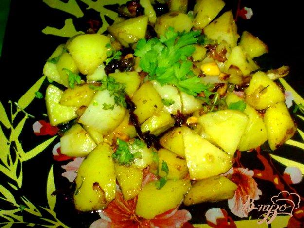 фото рецепта: Пряный картофель с арахисом и кинзой