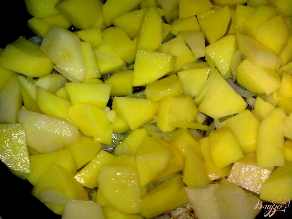 Фото приготовление рецепта: Пряный картофель с арахисом и кинзой шаг №6
