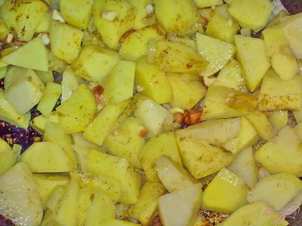 Фото приготовление рецепта: Пряный картофель с арахисом и кинзой шаг №7