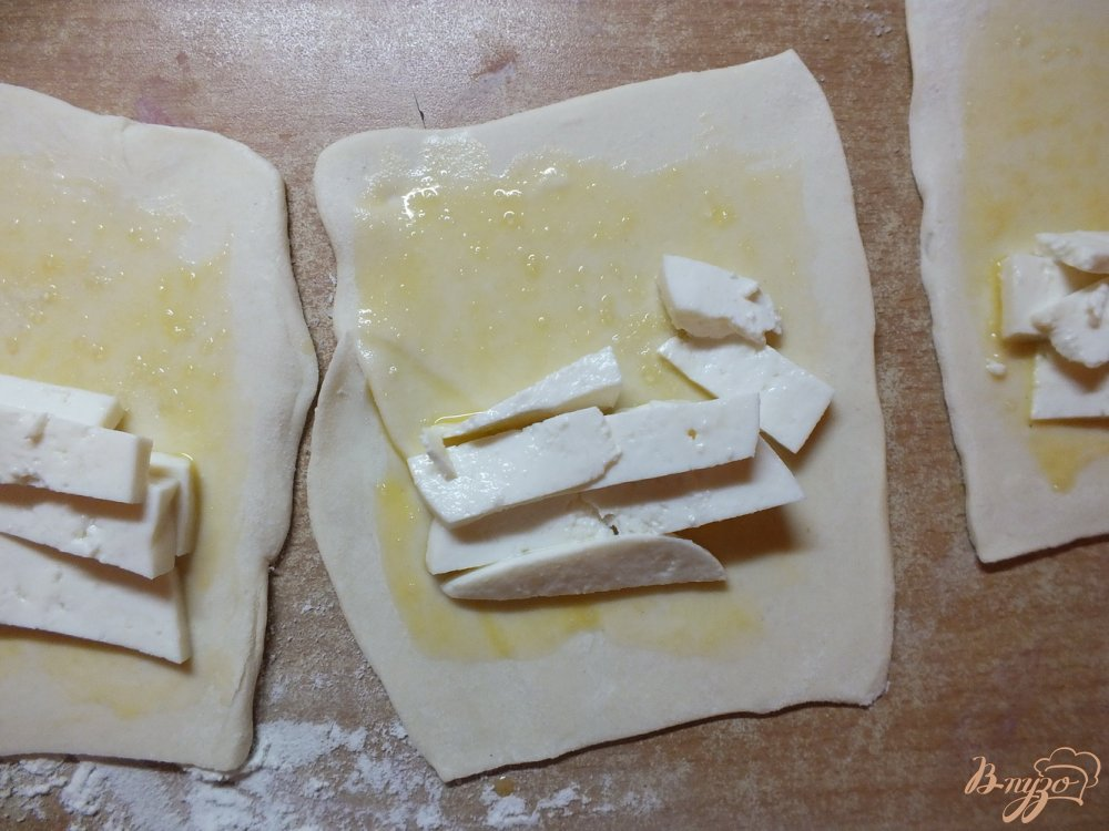 Фото приготовление рецепта: Слойки с брынзой и прованскими травами шаг №4