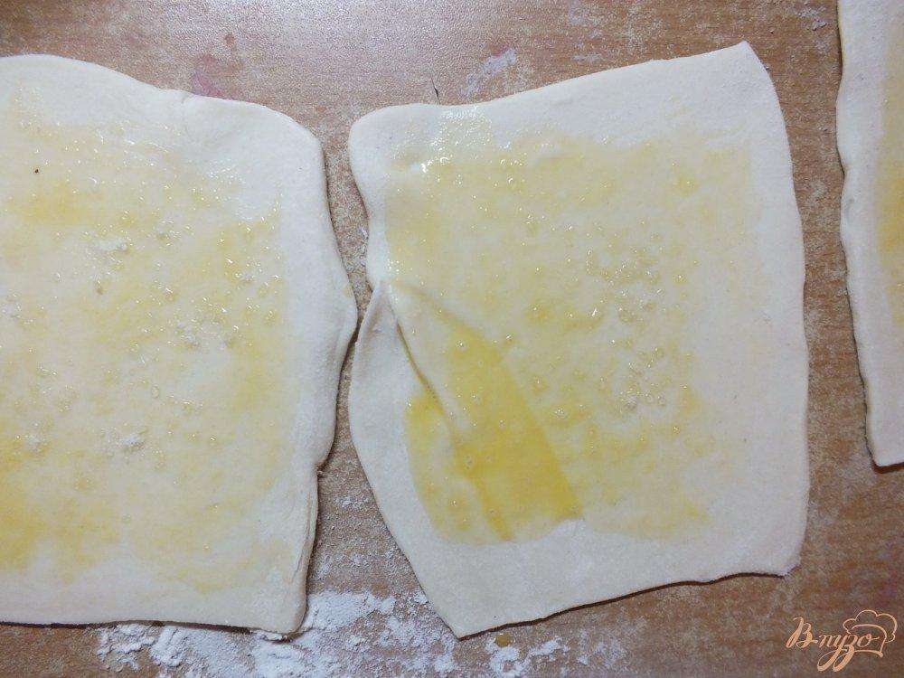 Фото приготовление рецепта: Слойки с брынзой и прованскими травами шаг №3