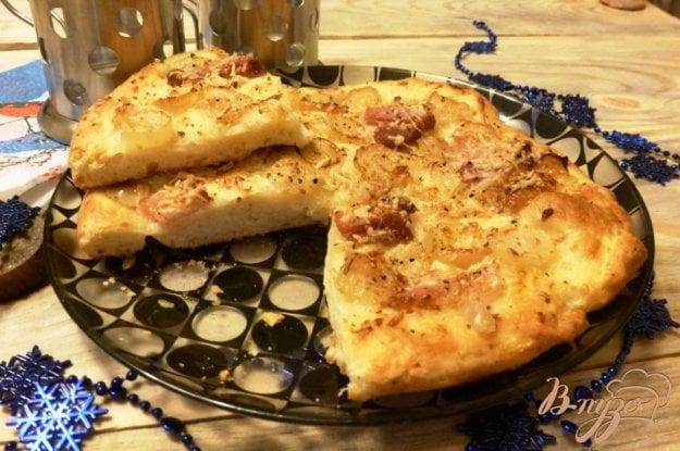 фото рецепта: Пицца с копченой грудинкой и виноградом