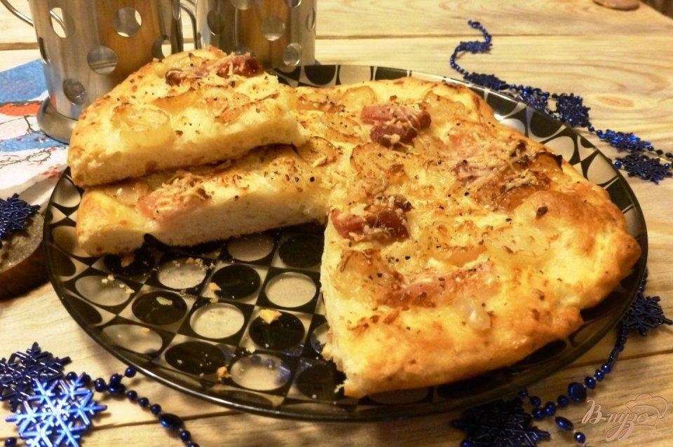 Фото приготовление рецепта: Пицца с копченой грудинкой и виноградом шаг №4
