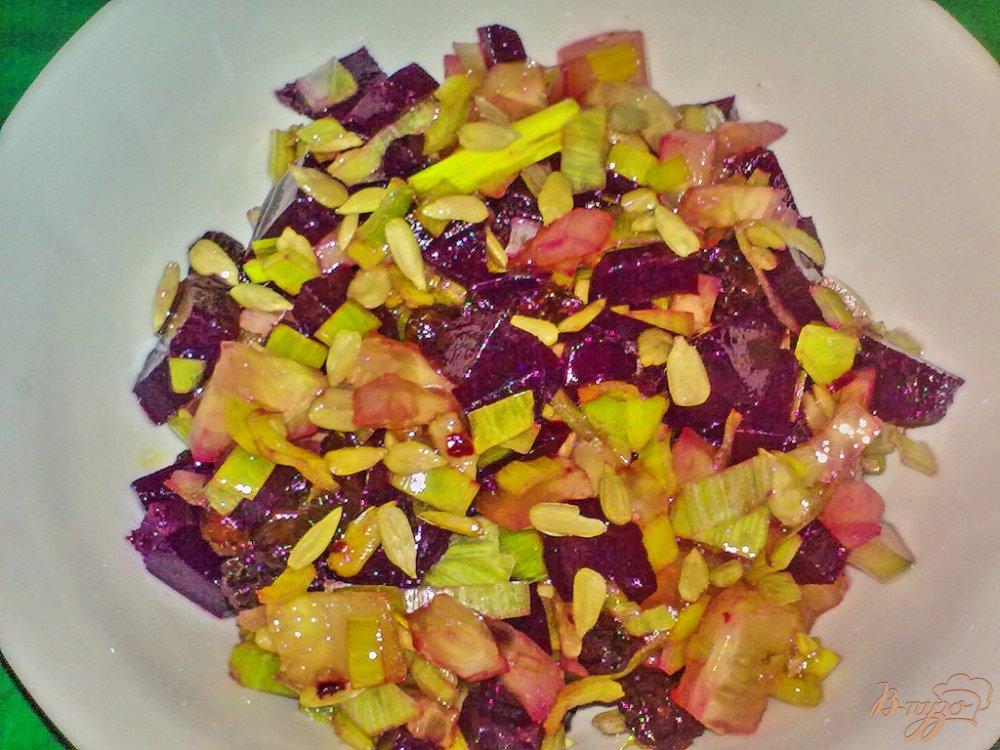 Фото приготовление рецепта: Салат свекольный с семечками подсолнуха шаг №4