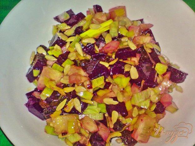 фото рецепта: Салат свекольный с семечками подсолнуха