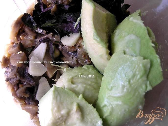 Фото приготовление рецепта: Грибной дип с авокадо и базиликом шаг №2
