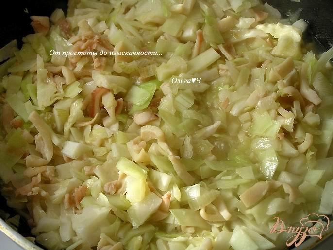 Фото приготовление рецепта: Кальмары, тушеные с капустой в белом вине шаг №4