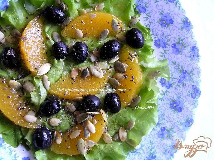 Фото приготовление рецепта: Салат с апельсинами, маслинами и тыквенными семечками шаг №4