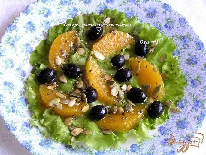 Фото приготовление рецепта: Салат с апельсинами, маслинами и тыквенными семечками шаг №3