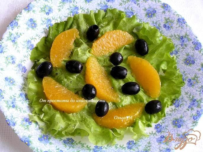 Фото приготовление рецепта: Салат с апельсинами, маслинами и тыквенными семечками шаг №2