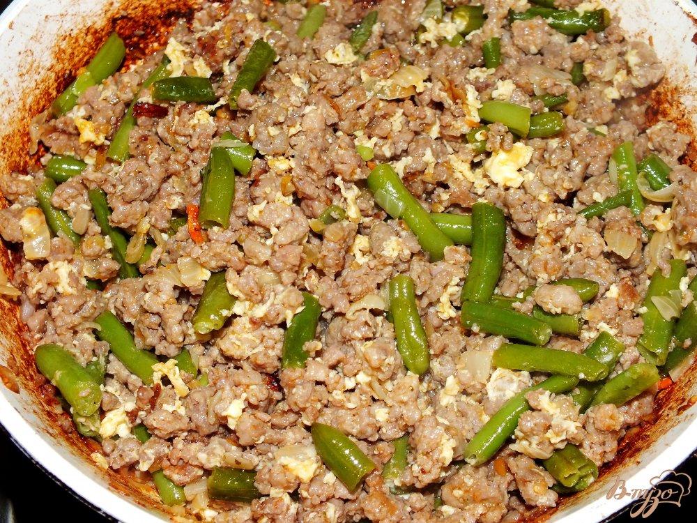 Фото приготовление рецепта: Рис с фаршем и стручковой фасолью шаг №7