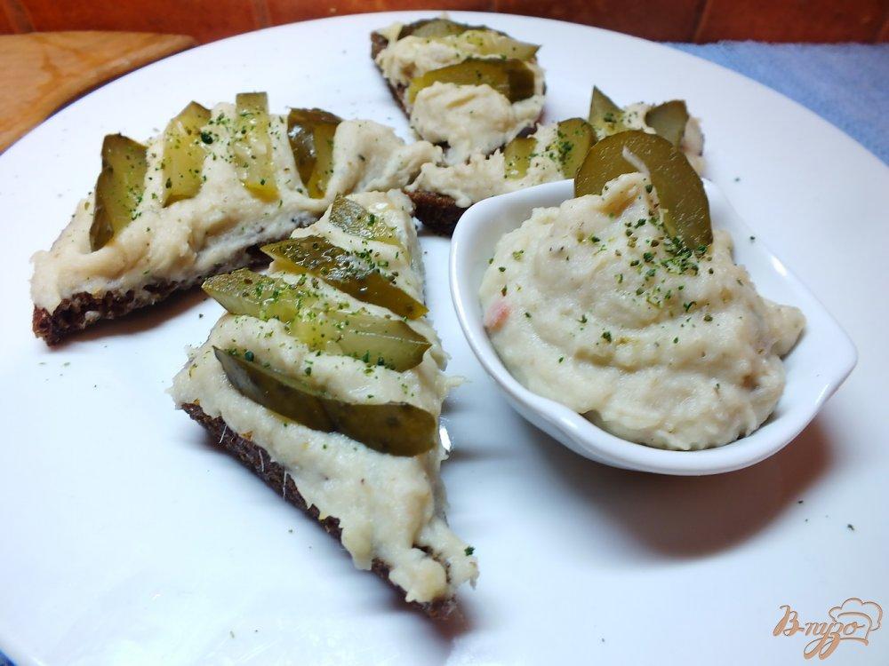 Фото приготовление рецепта: Паштет из сельди и картофеля с соленым огурцом шаг №8