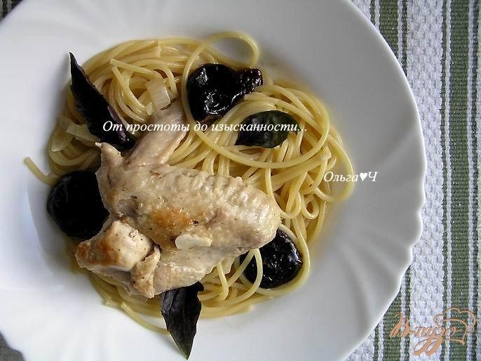 Фото приготовление рецепта: Курица, тушеная с черносливом шаг №6