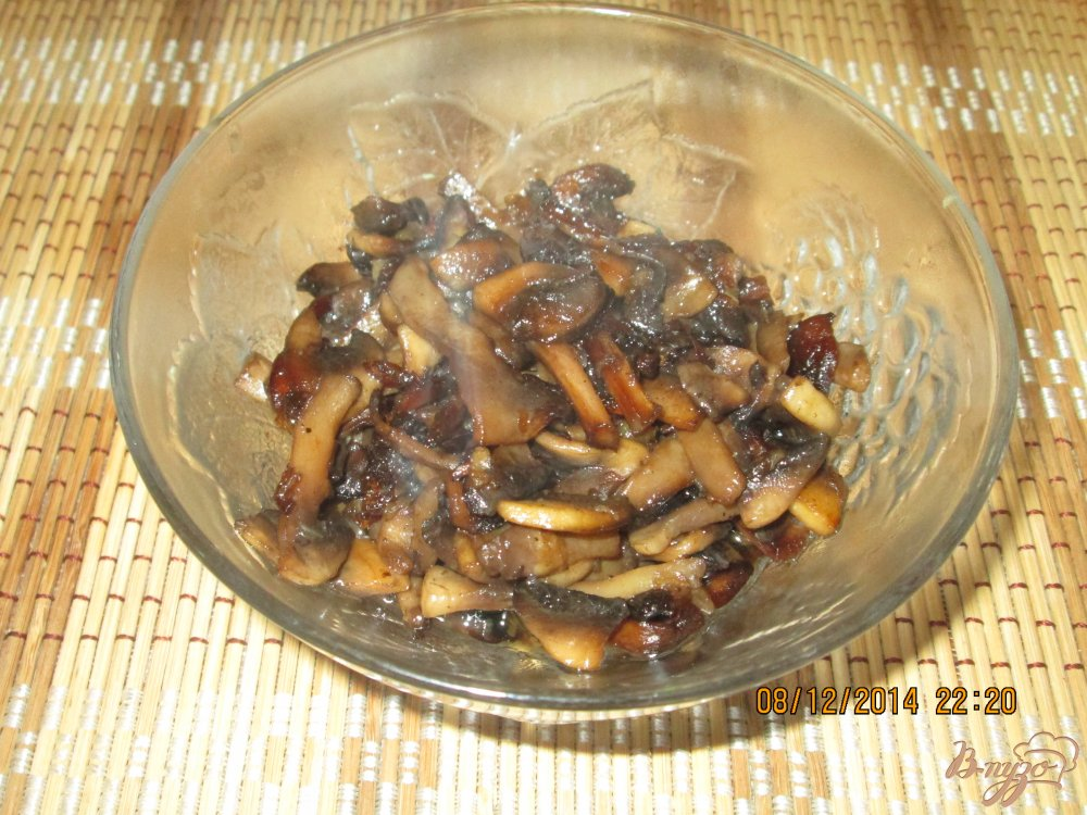 Фото приготовление рецепта: Жареные шампиньоны с луком и чесноком шаг №5