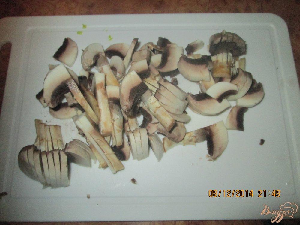 Фото приготовление рецепта: Жареные шампиньоны с луком и чесноком шаг №2