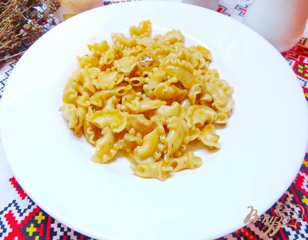 фото рецепта: Макароны с жареным луком тушеные в томатной пасте