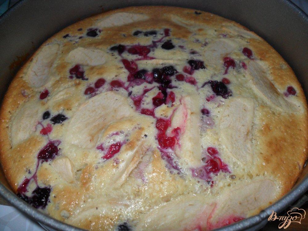 Фото приготовление рецепта: шарлотка на сметане с ягодами и яблоками шаг №7