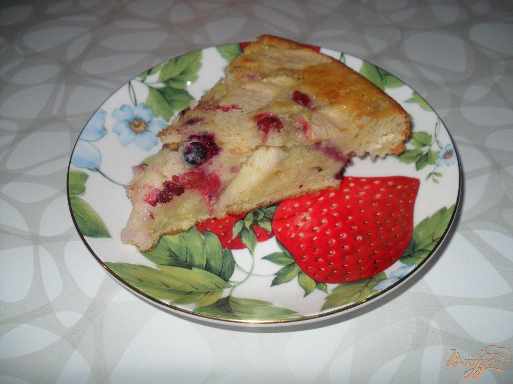 Фото приготовление рецепта: шарлотка на сметане с ягодами и яблоками шаг №8