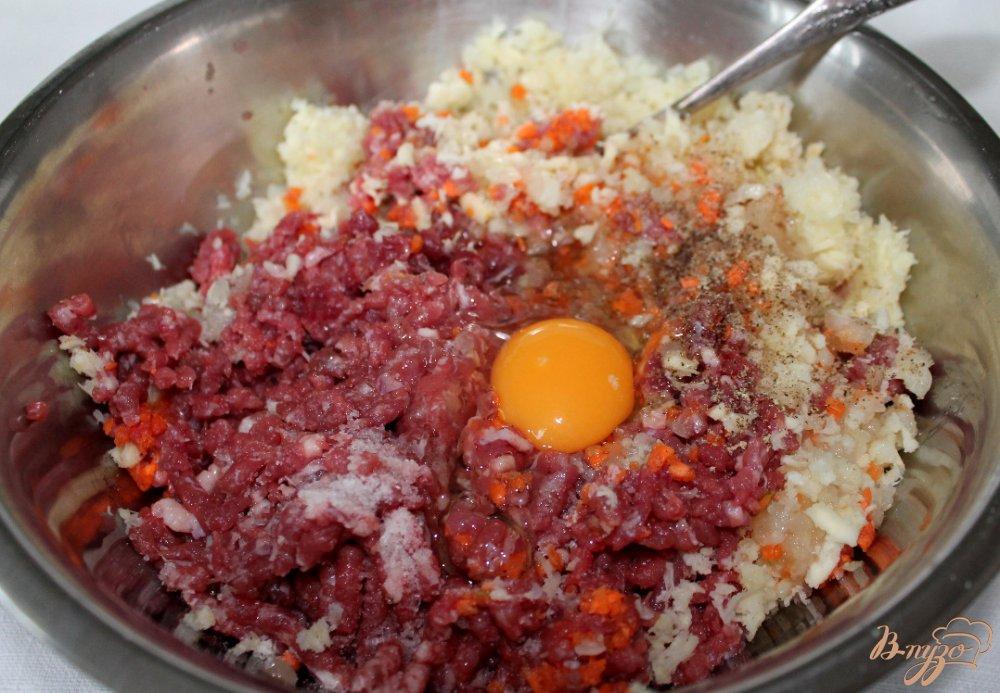 Фото приготовление рецепта: Говяжьи котлеты с овощами и сыром шаг №4