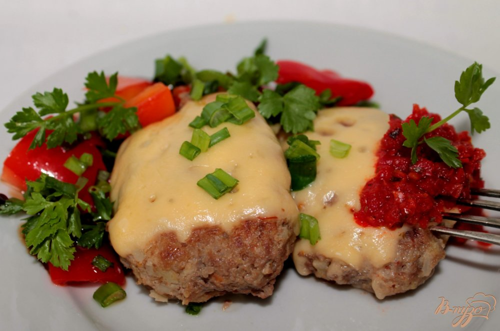 Фото приготовление рецепта: Говяжьи котлеты с овощами и сыром шаг №7