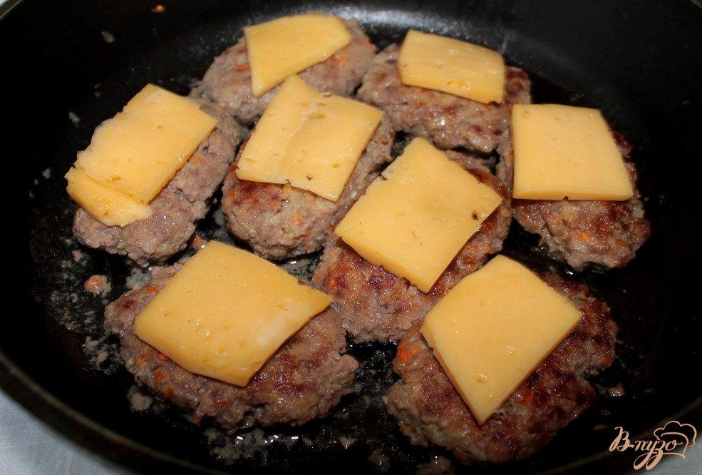 Фото приготовление рецепта: Говяжьи котлеты с овощами и сыром шаг №6