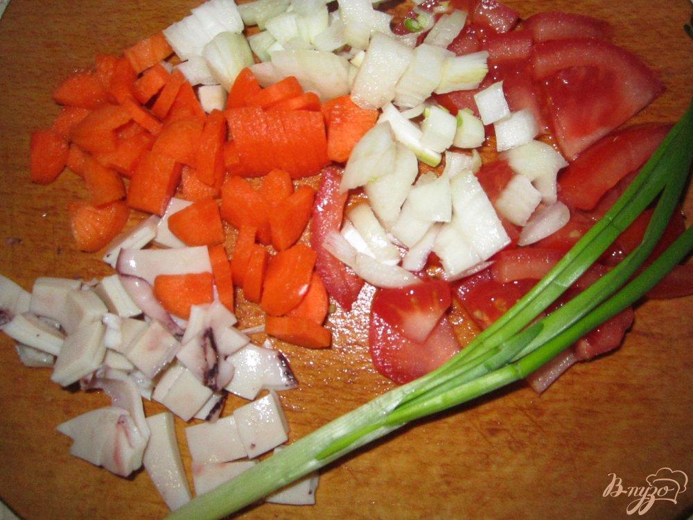 Фото приготовление рецепта: Кальмар фаршированный рисом и овощами шаг №3