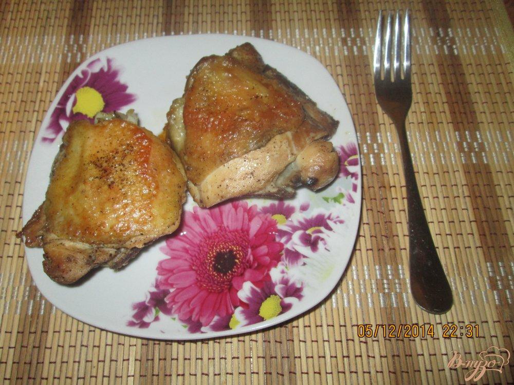 Фото приготовление рецепта: Жареные куриные бедра на сковородке шаг №4