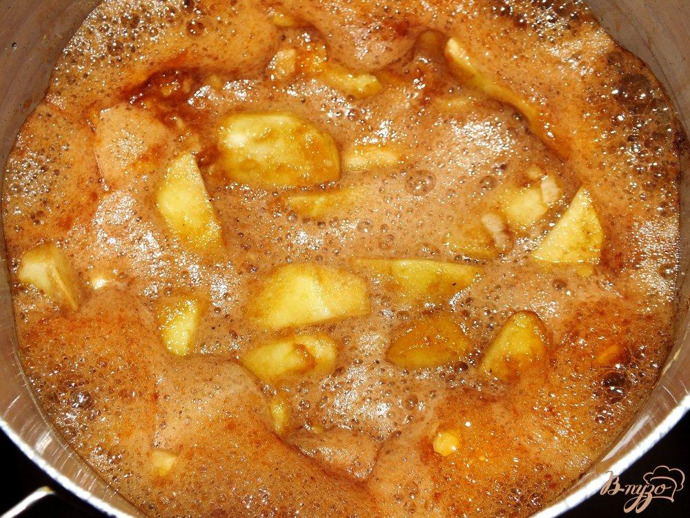 Фото приготовление рецепта: Пудинг с яблоками тоффи шаг №4