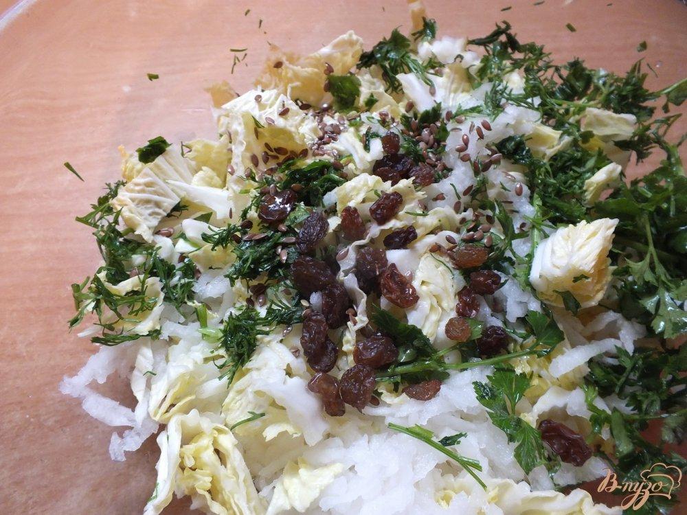 Фото приготовление рецепта: Салат овощной с изюмом и кунжутным маслом шаг №4