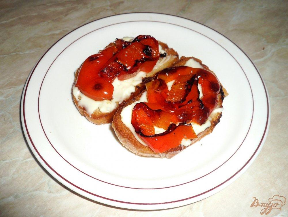 Фото приготовление рецепта: Горячие бутерброды с сыром и перцем шаг №3