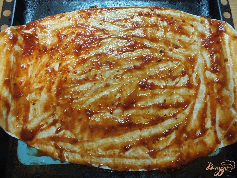 Фото приготовление рецепта: Пицца с ветчиной и болгарским перцем шаг №4
