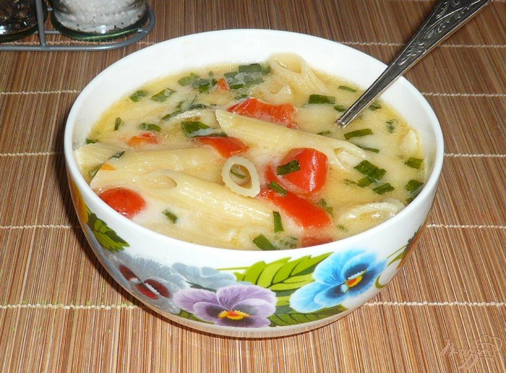 Фото приготовление рецепта: Густой сырный суп с макаронами и болгарским перцем шаг №8