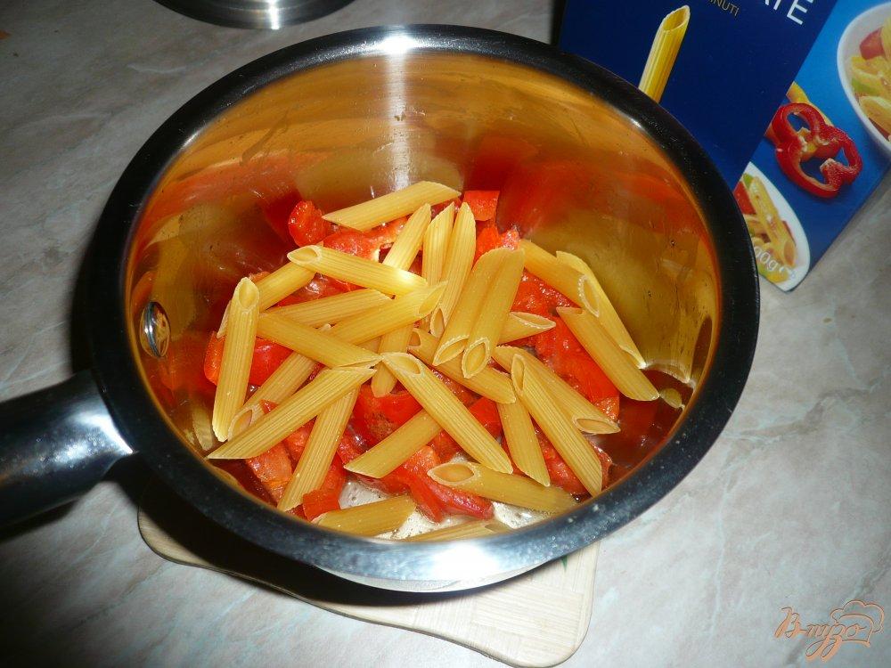 Фото приготовление рецепта: Густой сырный суп с макаронами и болгарским перцем шаг №2