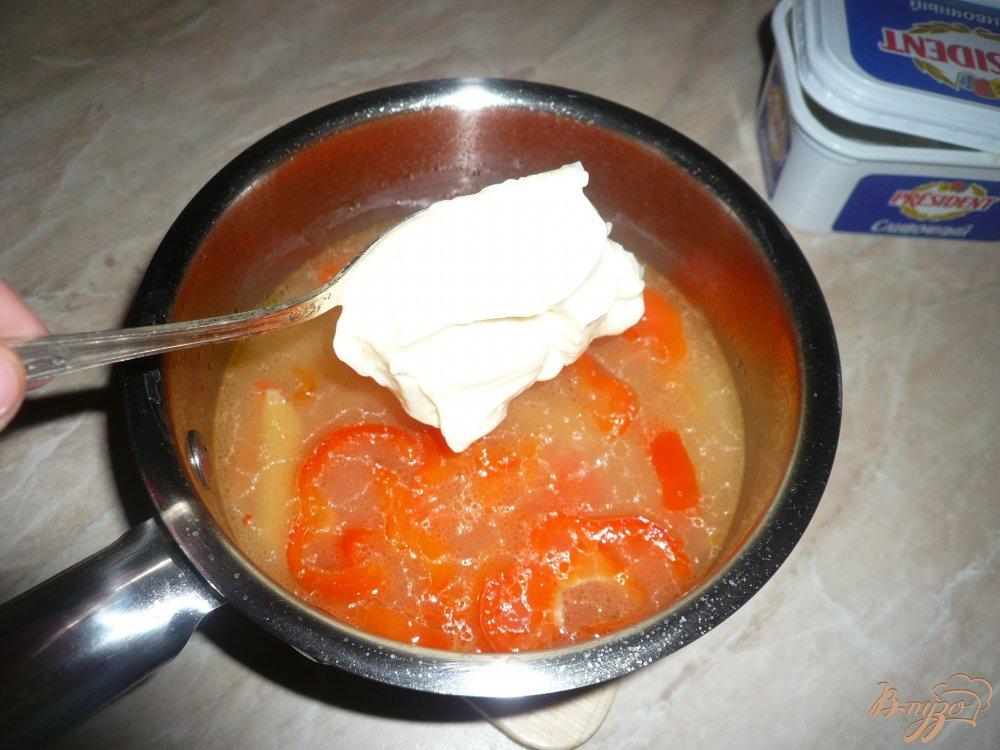 Фото приготовление рецепта: Густой сырный суп с макаронами и болгарским перцем шаг №5