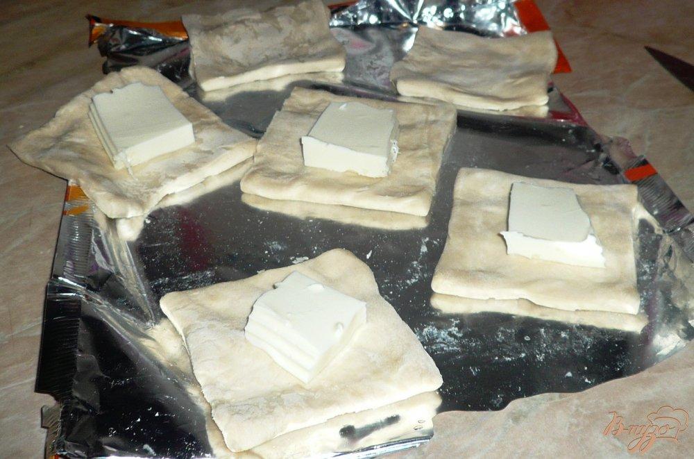 Фото приготовление рецепта: Плюшки слоеные с сыром и вареньем шаг №4
