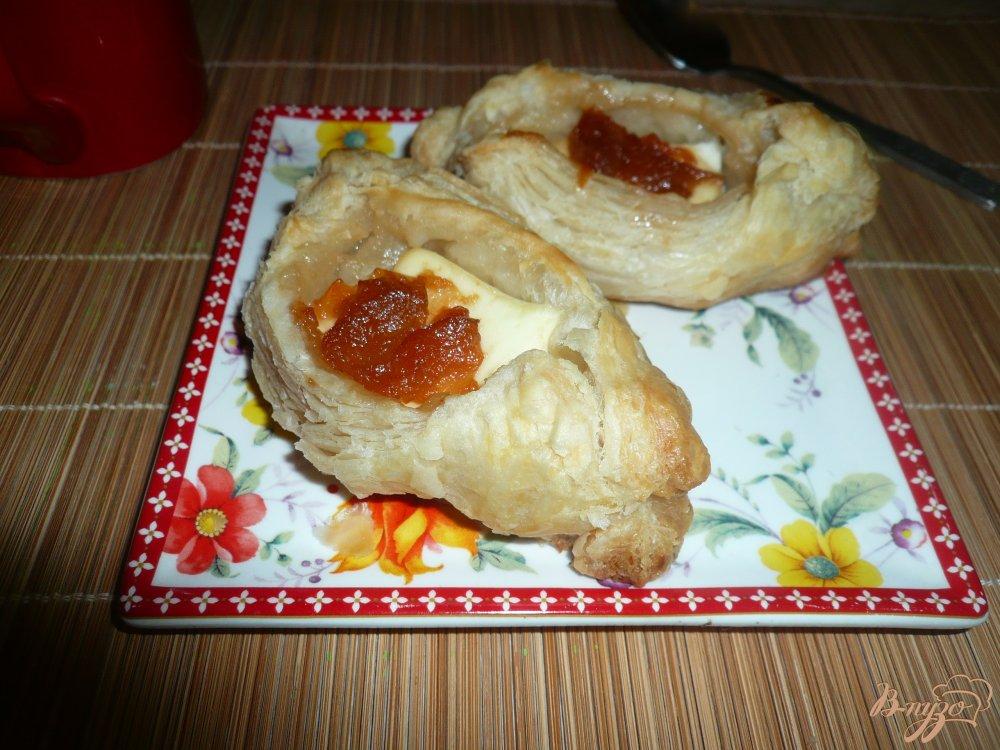 Фото приготовление рецепта: Плюшки слоеные с сыром и вареньем шаг №7