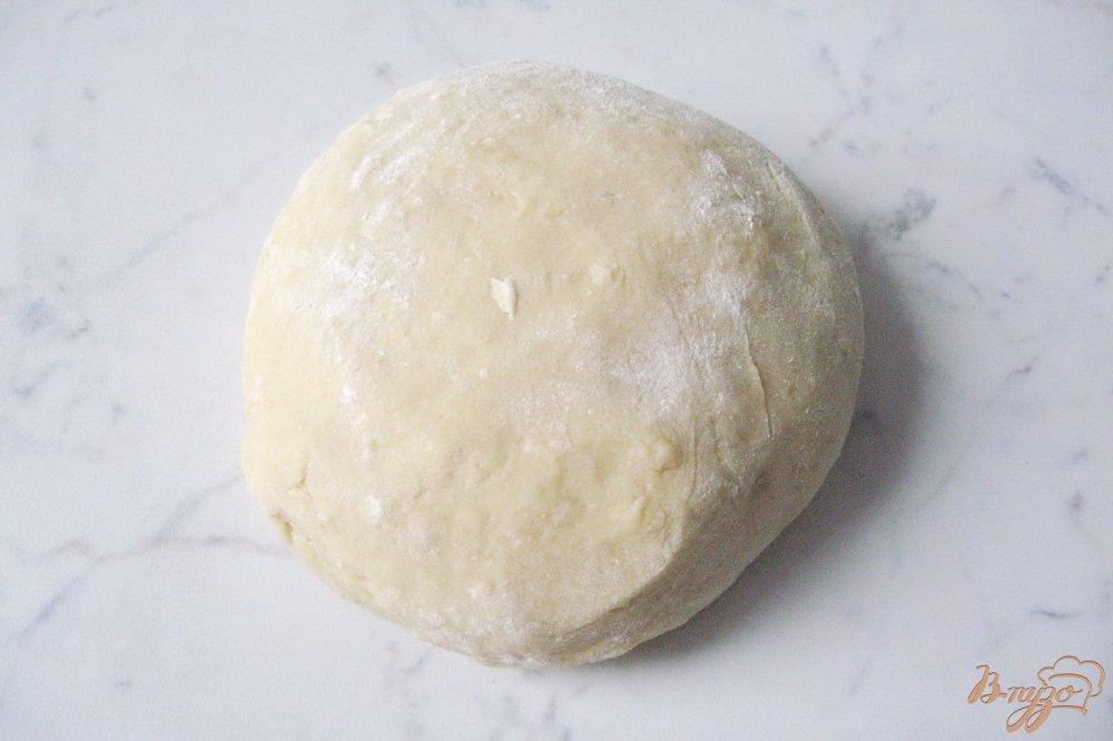 Фото приготовление рецепта: Домашний песочный пирог с вишней шаг №7