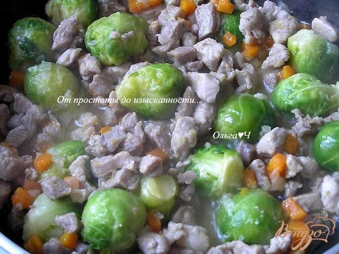 Фото приготовление рецепта: Рагу из индейки с брюссельской капустой шаг №4