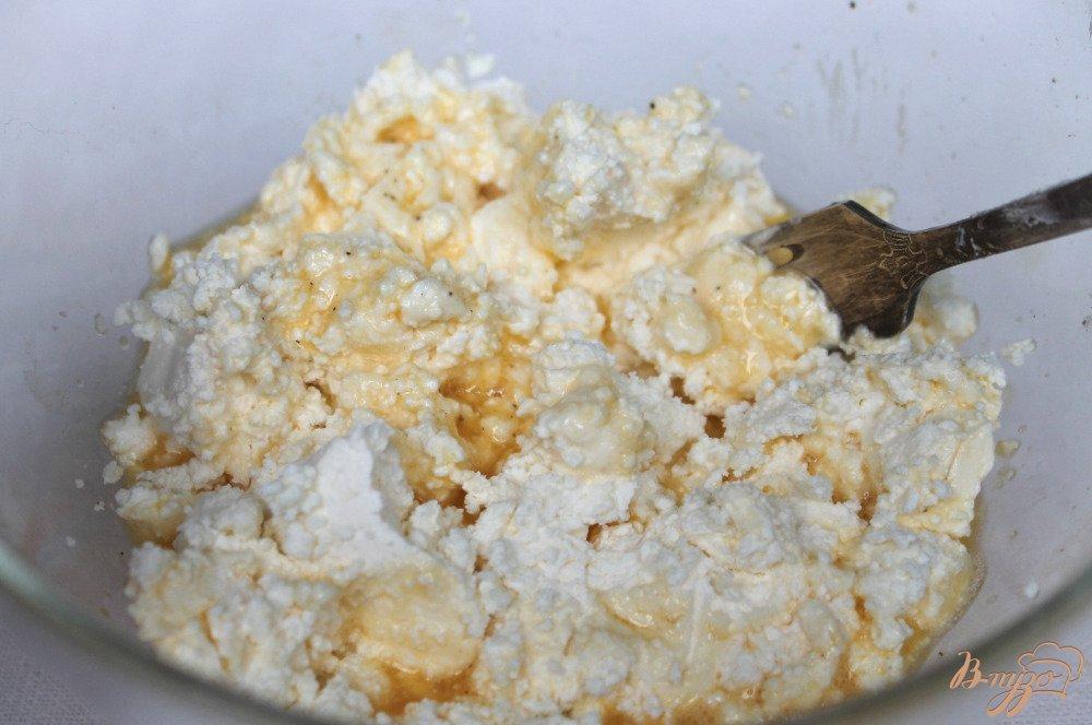 Фото приготовление рецепта: Сырники с зеленым луком шаг №2